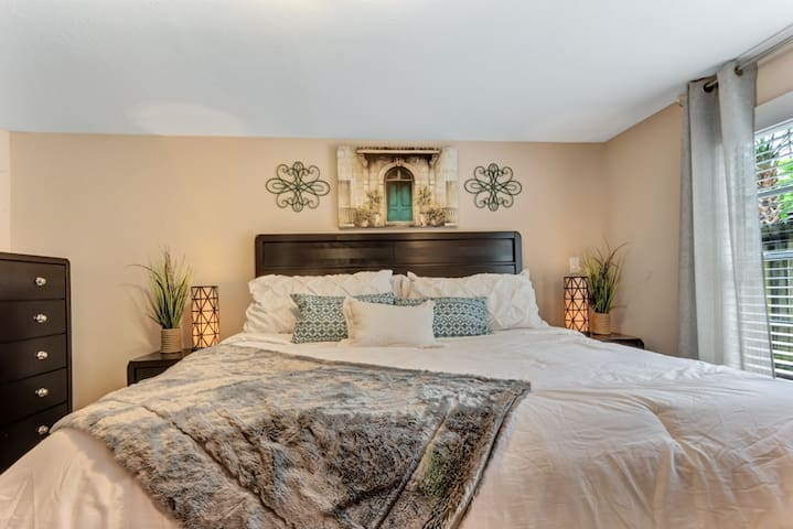 """""""This is a well appointed apartment close to the museum district as well as Rice and the Medical complex. The hosts were quick to respond to any query. Quiet and restful. Treat yourself to a relaxing stay. The bed is super comfortable- you'll sleep well."""" - June *****"""