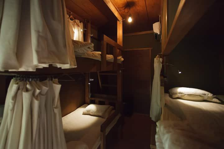 二段ベッド個室 ー築140年の古民家をリノベーションー