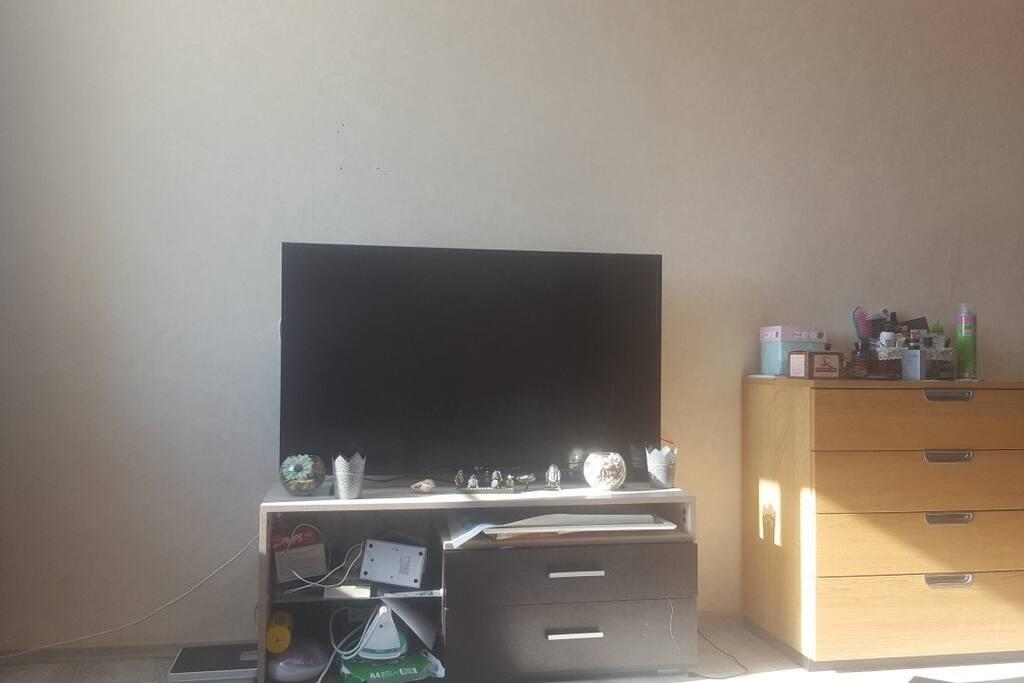 Телевизор и игровая консоль