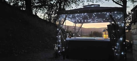 The Stag Lodge - 2 bedroom lodge with hot tub. 🦌