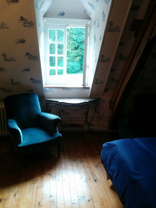 Un des deux fauteuils de la chambre bleue parfait pour bouquiner !