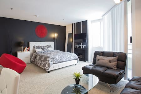 HOLLYWOOD!!! LIVE AT THE CENTER OF IT ALL!   IMMERSE YOURSELF IN THE LIFESTYLE YOU NEED TO MAKE IT IN HOLLYWOOD!  AN ENTIRE LUXURY AND ELEGANT STUDIO WITH 1 BATHROOM LOCATED TO EVERYTHING THIS FAMED CITY HAS TO OFFER.