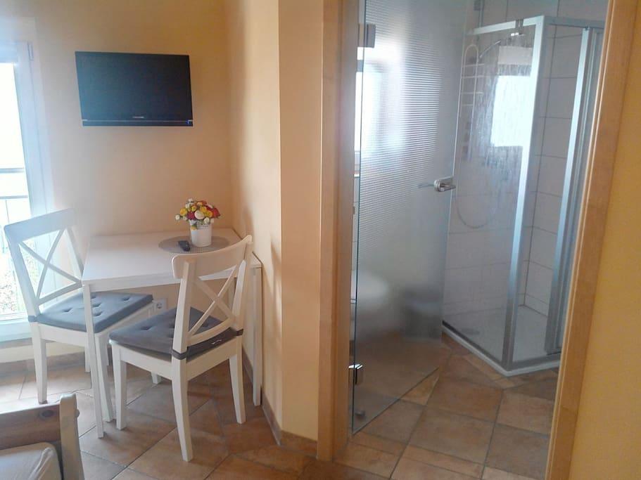 Sitzecke, privates Badezimmer mit Dusche und WC