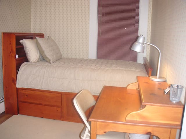 Quiet Room/Home on Former Farmlands - Room #1 - Manchester - Haus