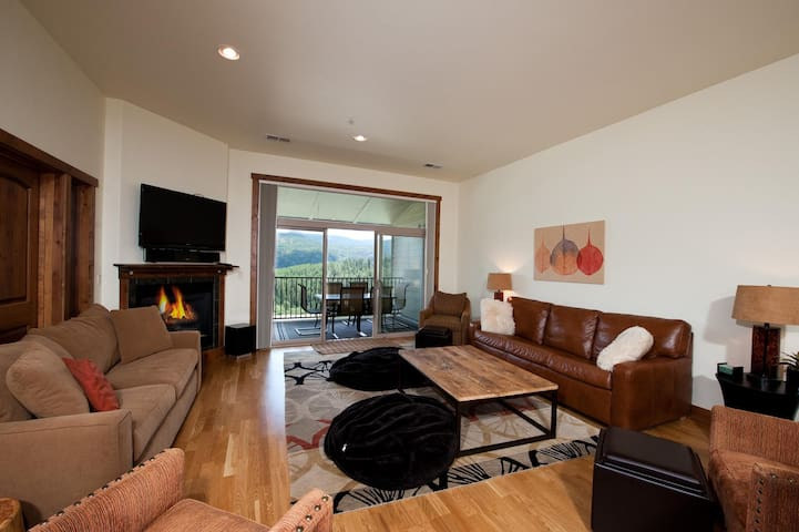 Luxury Condo by Main Plaza - Walk to Slopes - Amazing Views