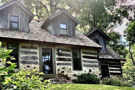 Rustic-chic cabin in the woods