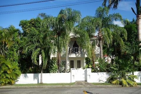Tropical garden villa 7 min walk to fabulous beach