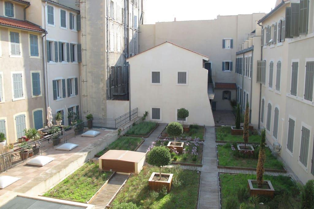 Vue sur le Patio, facades à l'italienne et jardin paysagé.