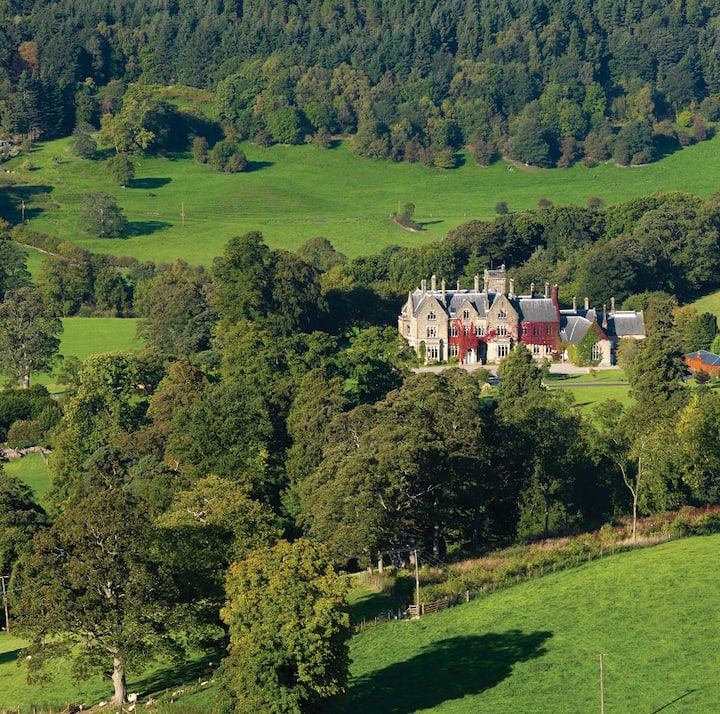 Grand Homestay at Llantysilio Hall - North Wales