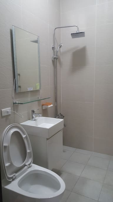 3樓浴室就在房門外,與房東爸爸共用,1、2樓另有廁所。 Second floor bathroom beside of your room, share with my father. Ground floor and First floor also has toilets.