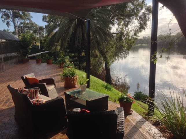 Riverside luxury room with ensuite. - Bassendean - Huis