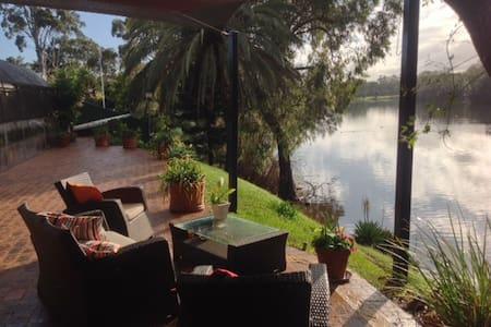 Riverside luxury room with ensuite. - Bassendean - Dom