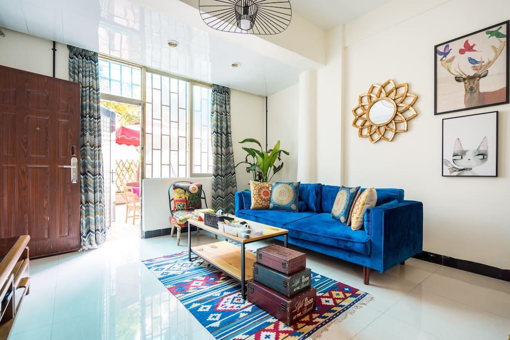 波西米亚风的客厅,窗外阳光明媚,窗内风格熠熠