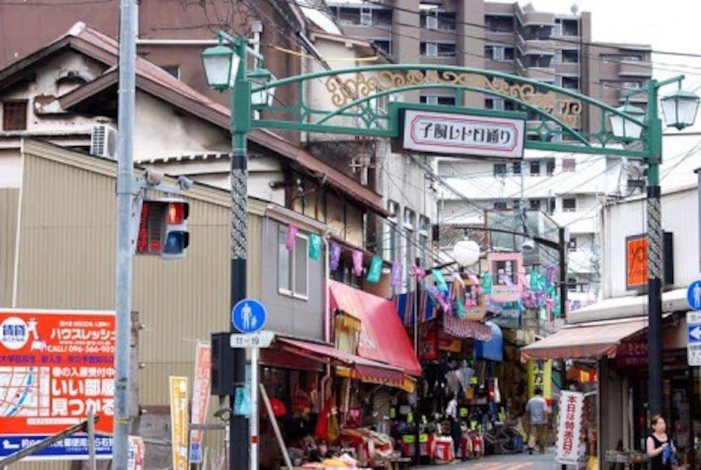子飼商店街の近くです。歩いて行けます。橋を渡ってすぐです。