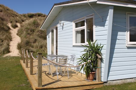 Beach Chalet at Gwithian, near St Ives Cornwall - Hayle - 牧人小屋