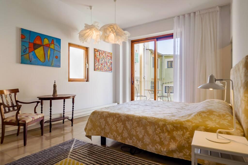 Master Bedroom mit elektrisch verstellbarem King Size Bed in 1.80m x 2m