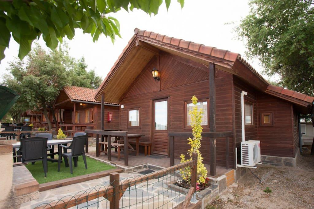 Chalet de madera con amplia terraza bungalows for rent - Fotos de bungalows de madera ...