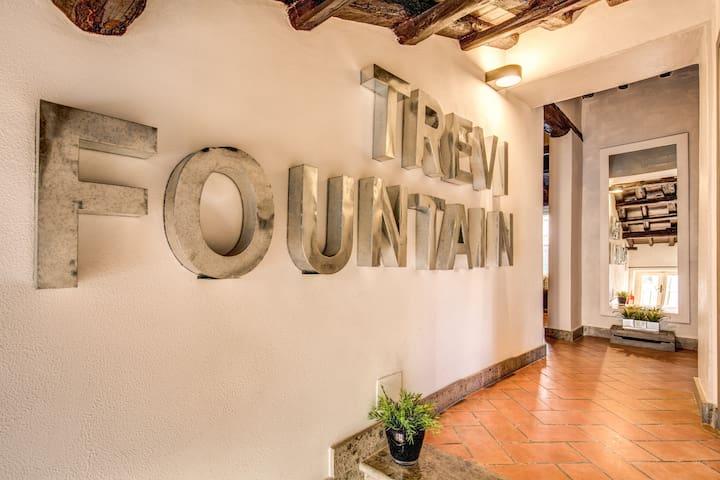 ELEGANT FLAT FEW STEPS BY TREVI FOUNTAIN