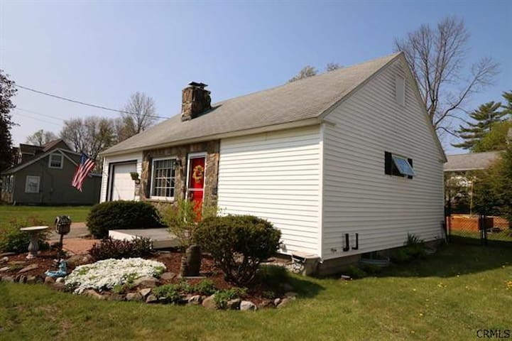 Lake George Cottage on Cleverdale Point (sleeps 4)