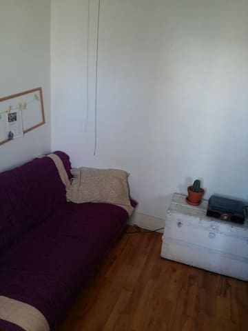 Cozy little room in Plateau. 4 min. from metro.