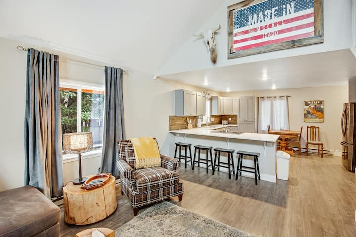 Adorable mountain cottage w/ lofted layout, high-speed WiFi, & great location!