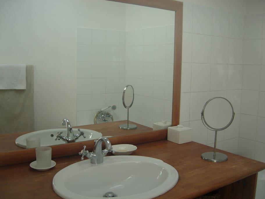 Chambre et salle de bain baignoire dans choppe maison d for Baignoire dans chambre