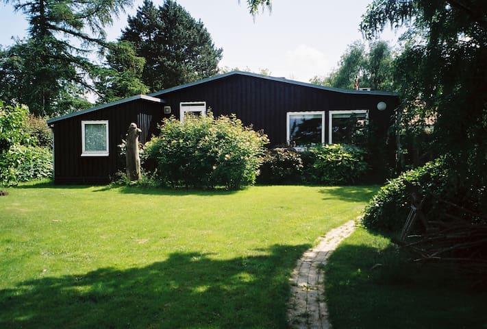 Charmerende sommerhus fra 50'erne - Beder - Hytte