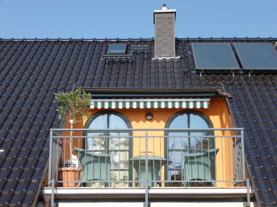 Aus der linken Tür geraten Sie aus Ihrem Gästezimnmer direkt auf den Balkon, warauf Sie im Sommer eine natürliche Terassenheizung durch den Granitboden erfahren und noch lange laue Sommernächte genießen können!