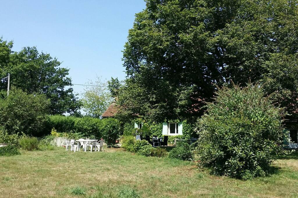 Grand Jardin arboré avec un vieux tilleul à l'ombre bien agréable !