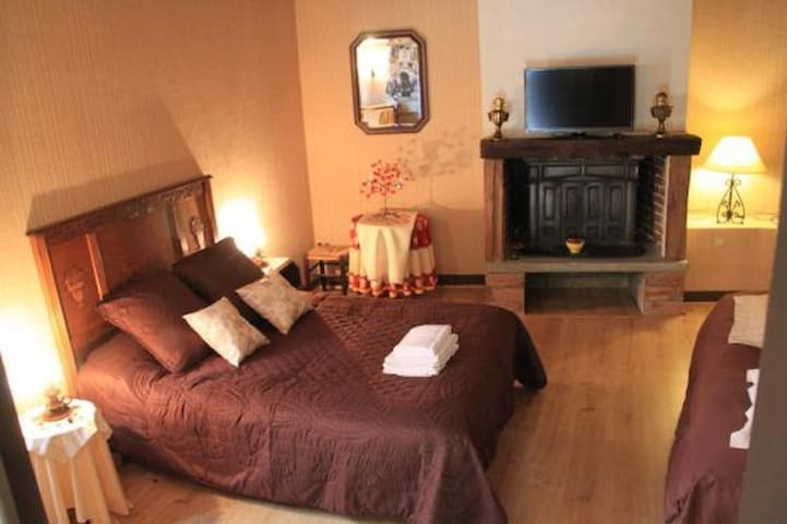 Chambre Double Marron - Perreux - Bed & Breakfast