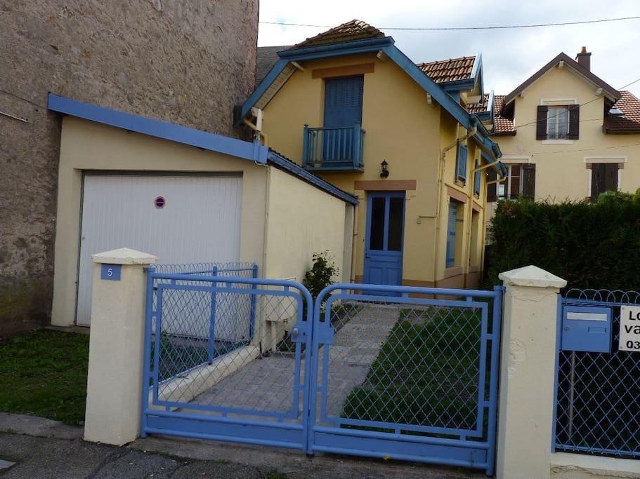 La maison jaune et bleue maisons louer g rardmer for Le garage a pizza gerardmer