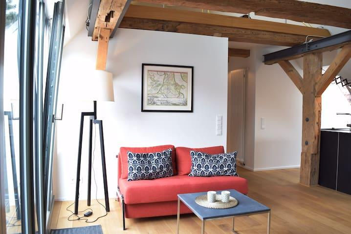 Die komfortable Couch kann auch als Aufbettung für zwei weitere Personen dienen.