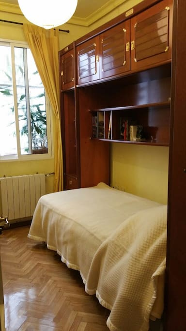 room madrid near metro goya station b b bed and breakfasts for rent in madrid comunidad de. Black Bedroom Furniture Sets. Home Design Ideas