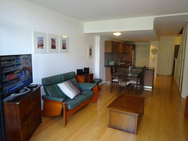 Sun drenched two bed, two storey inner city haven - Alexandria - Apartment