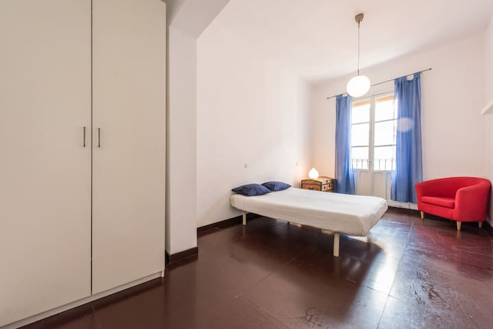 Central huge room with double bed and balcony.