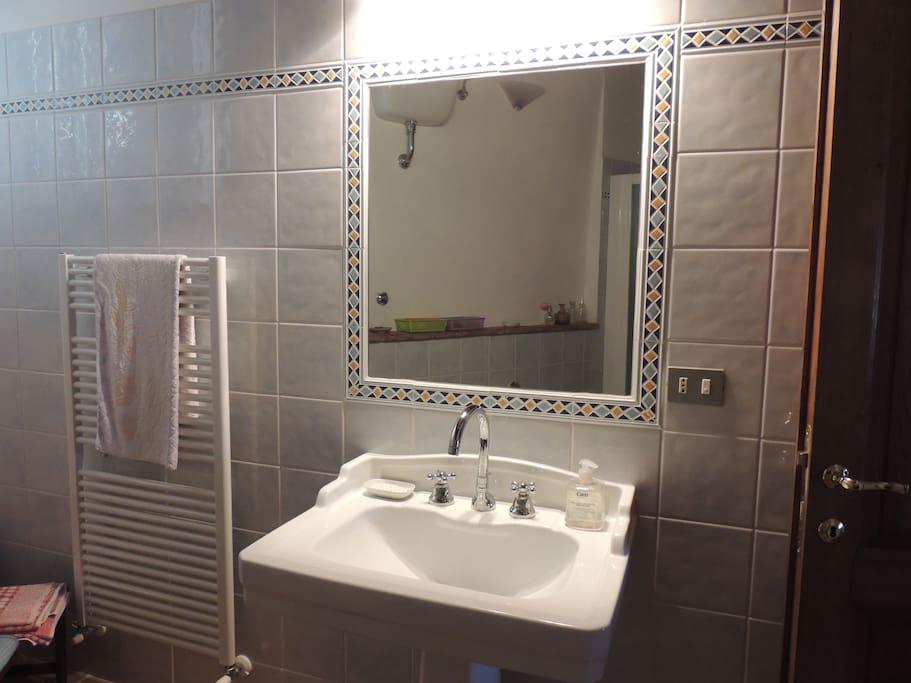 Il bagno privato adiacente alla camera da letto