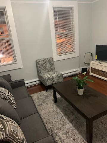 Bright, Sunny & Modern w/ Two beds Full & Queen