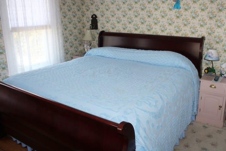 Restored 1840 Farm House - Blue Room