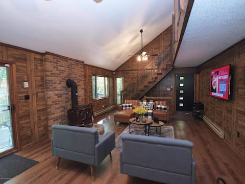 Chic Bushkill Home w/ fireplace in Saw Creek