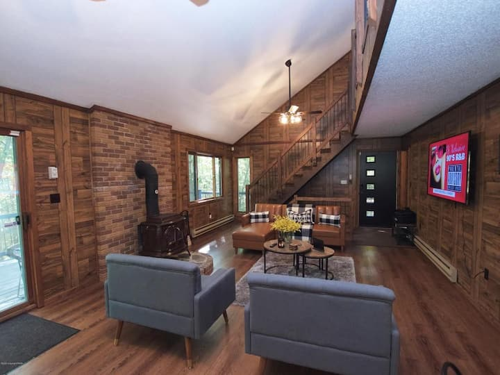 Chic Saw Creek Home w/ private sauna, fireplace