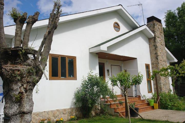 Apartamento en casa familiar con jardín y piscina - El Escorial - Daire