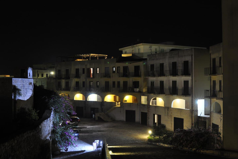 questa foto evidenzia l'intero complesso residenziale nelle ore notturne, l'appartamento si trova al piano terra del residence.
