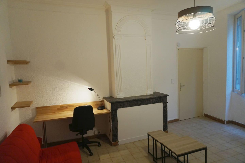 Salon avec canapé convertible + bureau