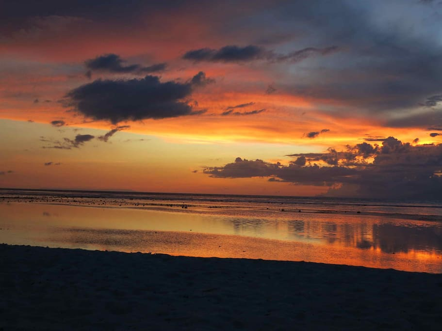 visit beach to see sunset stone's home stay located middle of Bukit peninsula,you can access 20 different beaches Please find your favorite beach