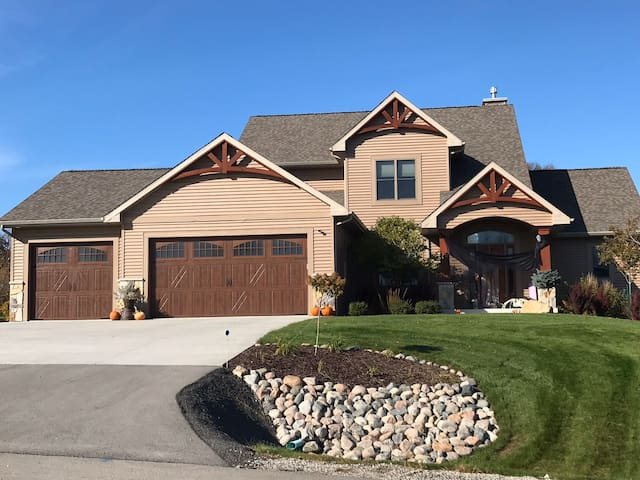 Large 5 bedroom house perfect for EAA Air Show.