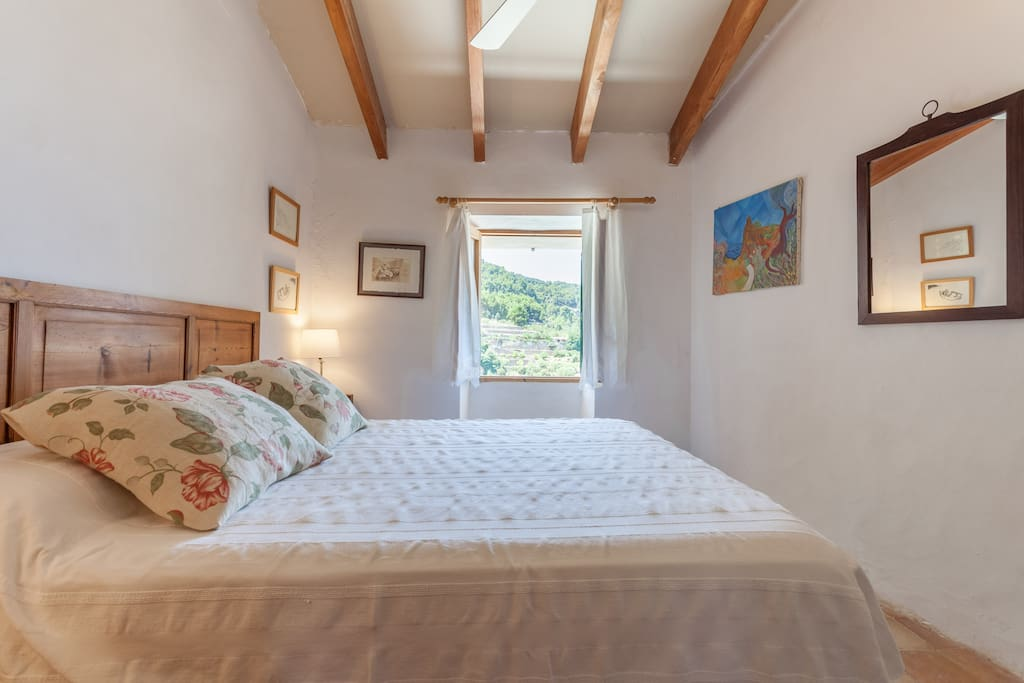 Master bedroom where you can see the sea and the mountain