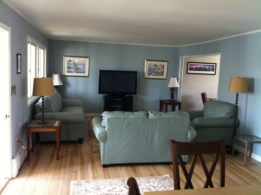 Large Living room with Flat Screen, Dish and Wireless Internet