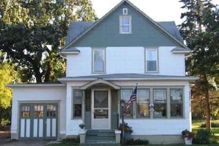 Three Oaks Guest Inn - Valley City - Talo