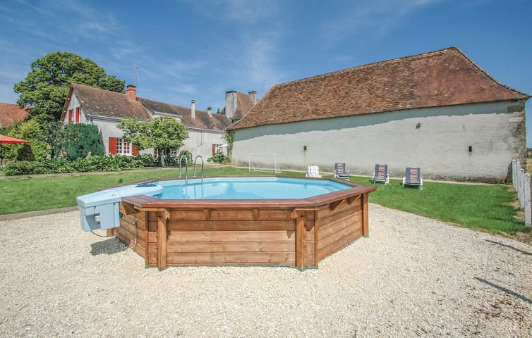 Holiday cottage with 3 bedrooms on 180m² in St. Sulpice-d'Exideul