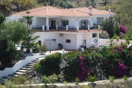 A Beautifully Presented ,Well Equipped 3 Bed Villa - Viñuela - Villa